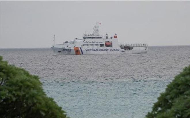 Tàu Cảnh sát biển 8002 thăm đảo Sinh Tồn