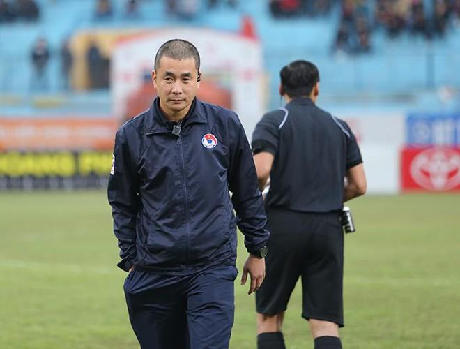 Mặc kệ dư luận, trọng tài Thư đủng đỉnh ngồi bàn sân Hàng Đẫy - Ảnh 1.