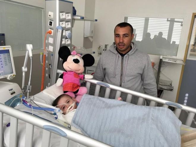 Chuẩn bị tắt ống thở, bác sĩ bất ngờ trước điều kì diệu của cô bé 1 tuổi mắc bệnh lạ - Ảnh 2.