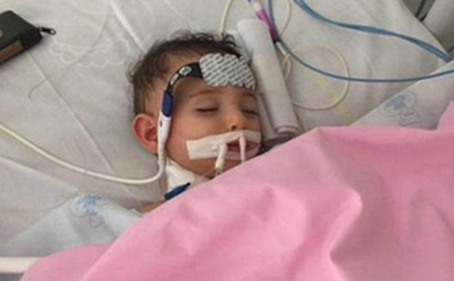 Chuẩn bị tắt ống thở, bác sĩ bất ngờ trước điều kì diệu của cô bé 1 tuổi mắc bệnh lạ