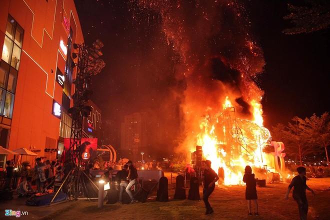 Hồ Ngọc Hà và dàn sao Việt chạy tán loạn sau sự cố cháy sân khấu - Ảnh 1.