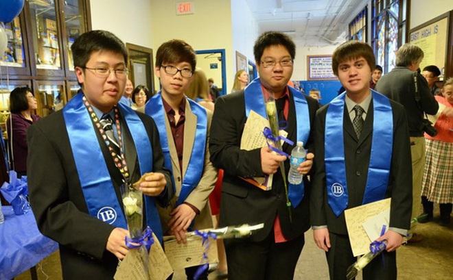 Thomas Trần (thứ hai từ bên trái) kết thúc chương trình ESL (dành cho học sinh mới sang Mỹ) chỉ trong một năm. Ảnh: NVCC.