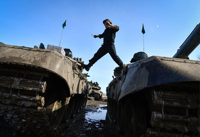 Các kíp lái xe tăng T-72B3 Nga sơ tuyển Tank Biathlon 2017, Việt Nam có tham dự? - Ảnh 1.