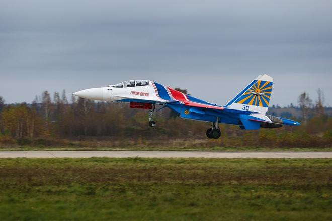 Phi đội Su-30SM hạ cánh tại Nội Bài - Lần đầu đến Việt Nam - Ảnh 1.