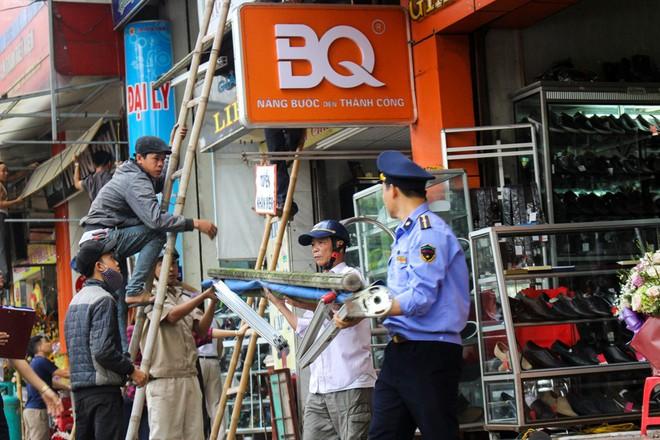 Nhà mặt phố ở Hà Tĩnh ủng hộ dọn dẹp vỉa hè - Ảnh 2.