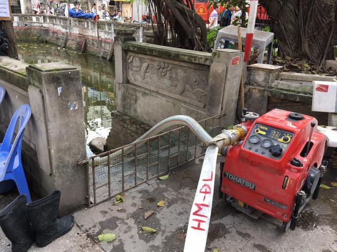 3 căn nhà trên phố Minh Khai cháy dữ dội, nối hàng trăm mét dây để dẫn nước - Ảnh 6.