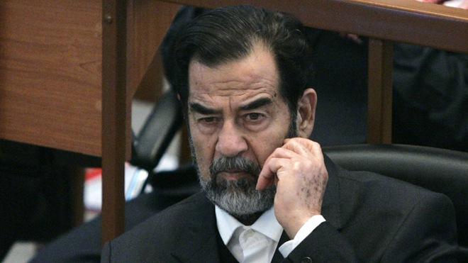 Những giây phút cuối cùng của Saddam Hussein trước khi bước lên giá treo cổ - Ảnh 7.