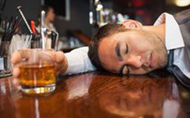 Tại sao một số người lại đỏ mặt khi uống rượu?