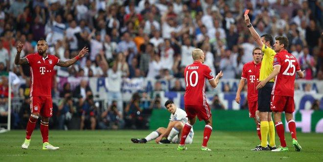 Bayern bị loại đau: Pep đã tiếp tay cho trọng tài như thế nào? - Ảnh 2.