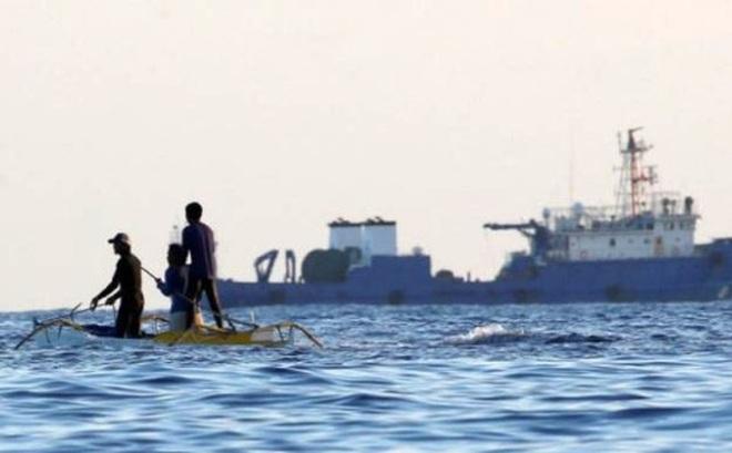 """""""Tàu lạ"""" quấy rối ngư dân Philippines ở Biển Đông"""