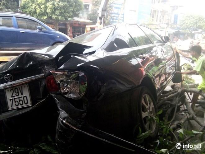 Camry đâm Lexus gây tai nạn liên hoàn, 1 phụ nữ bị cuốn vào gầm - Ảnh 1.