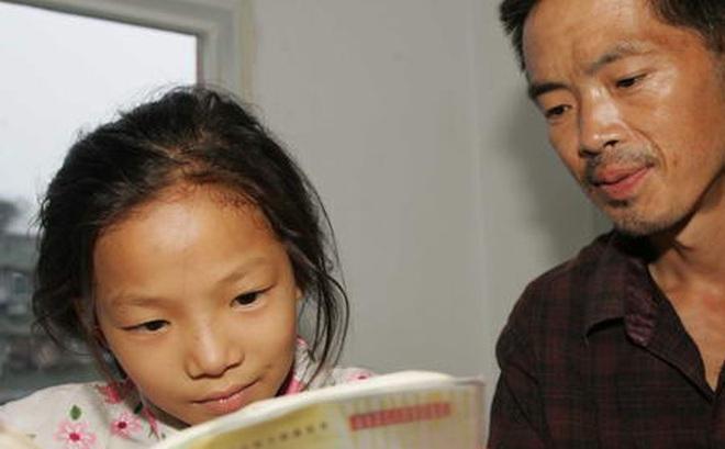 Kết quả hình ảnh cho Cô bé con ngước mắt lên nhìn cha và mỉm cười rạng rỡ