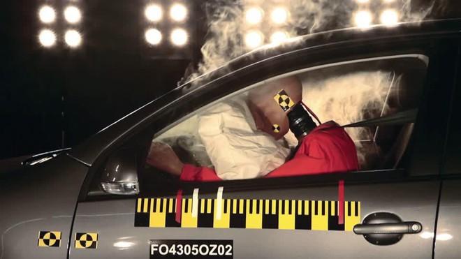 Bung ra với tốc độ 322km/h, liệu túi khí trên ô tô có gây hại cho con người không? - Ảnh 2.
