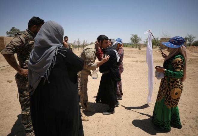 Hình ảnh các lực lượng Syria rầm rộ tiến về thủ phủ IS ở Raqqa - Ảnh 3.