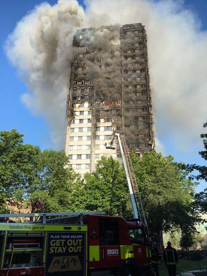 Anh: Trẻ em gào khóc gọi cha mẹ trong tòa tháp bị cháy kinh hoàng ở London - ảnh 7