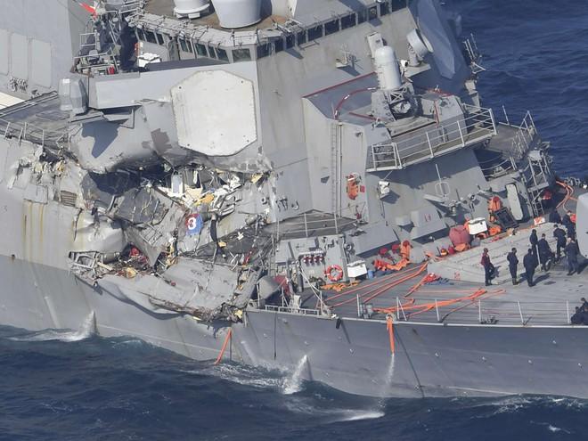 ẢNH+VIDEO: Cận cảnh chiến hạm Mỹ biến dạng sau va chạm với tàu hàng Philippines - Ảnh 2.