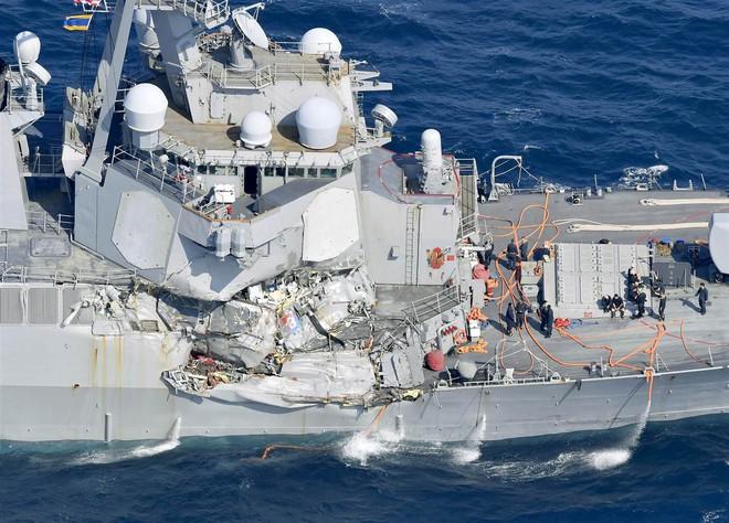 ẢNH+VIDEO: Cận cảnh chiến hạm Mỹ biến dạng sau va chạm với tàu hàng Philippines - Ảnh 3.