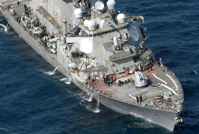 ẢNH+VIDEO: Cận cảnh chiến hạm Mỹ biến dạng sau va chạm với tàu hàng Philippines - Ảnh 4.