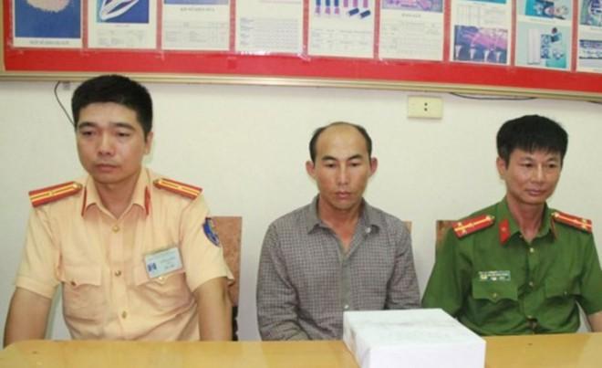 Cảnh sát vây bắt, tước vũ khí kẻ buôn ma túy - Ảnh 1.