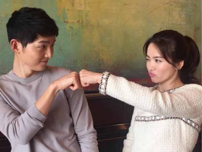 Cha mẹ Song Joong Ki - Song Hye Kyo gặp nhau bàn chuyện cưới hỏi - Ảnh 1.