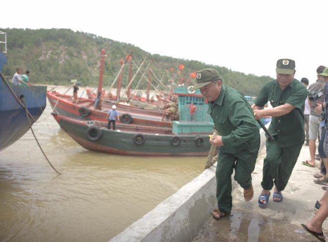 Vụ chìm tàu ở Nghệ An: Đã cứu được 6 người và tìm thấy 2 thi thể mất tích - Ảnh 1.