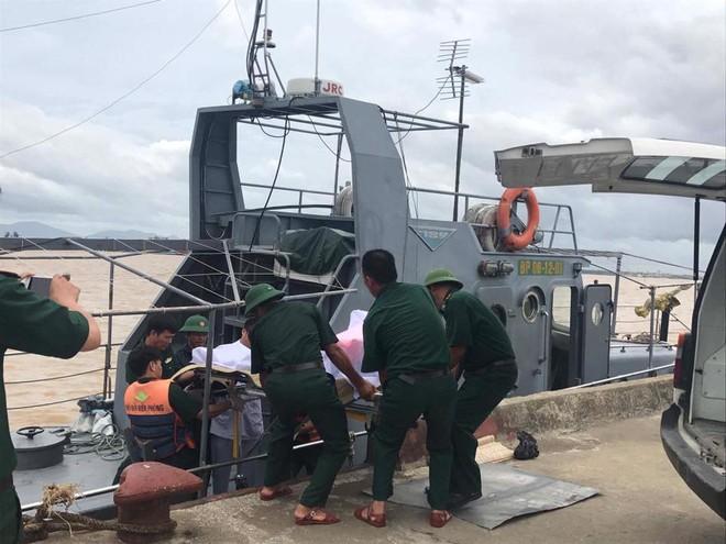 Vụ chìm tàu ở Nghệ An: Đã cứu được 6 người và tìm thấy 2 thi thể mất tích - Ảnh 2.