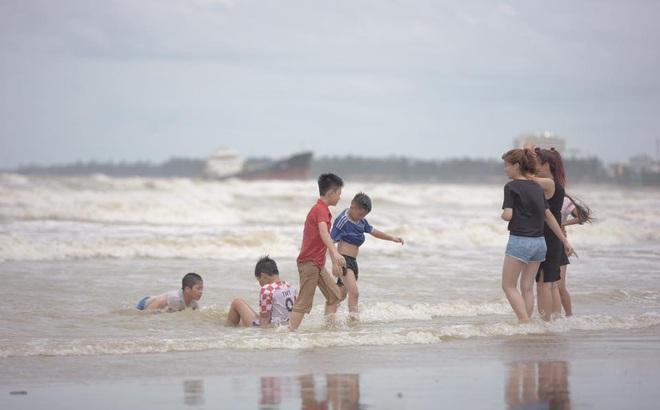 Bất chấp sóng to, gió lớn, nhiều người vẫn ra tắm ở biển Cửa Lò