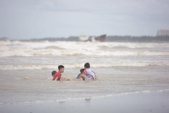 Bất chấp sóng to, gió lớn, nhiều người vẫn ra tắm ở biển Cửa Lò - Ảnh 2.