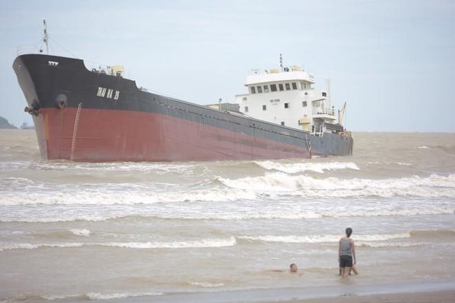 Bất chấp sóng to, gió lớn, nhiều người vẫn ra tắm ở biển Cửa Lò - Ảnh 4.