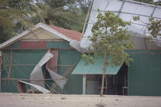 Bất chấp sóng to, gió lớn, nhiều người vẫn ra tắm ở biển Cửa Lò - Ảnh 8.