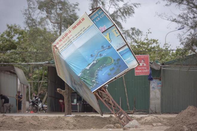 Bất chấp sóng to, gió lớn, nhiều người vẫn ra tắm ở biển Cửa Lò - Ảnh 9.