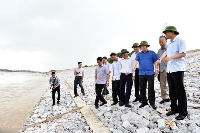 Phó Thủ tướng Trịnh Đình Dũng họp khẩn, thị sát việc xả lũ - Ảnh 1.