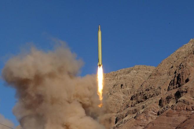 Siêu tàu sân bay Mỹ hù dọa tàu tuần tra Iran - Ảnh 1.