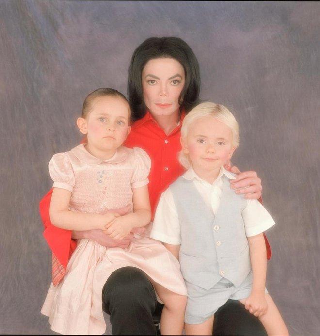 Bi kịch nhà Michael Jackson: Cha mới mất, con gái đã bị lạm dụng tình dục đến mức trầm cảm - Ảnh 2.