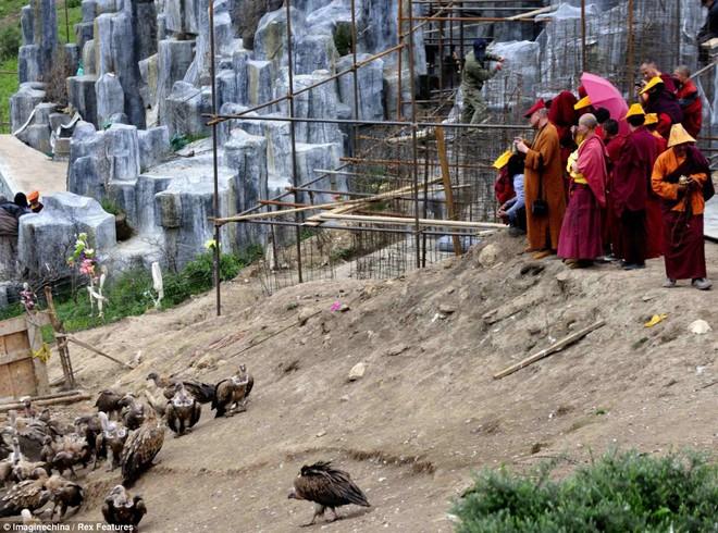 Giải mã bí ẩn tục lệ thiên táng kỳ lạ của người Tây Tạng - Ảnh 3.
