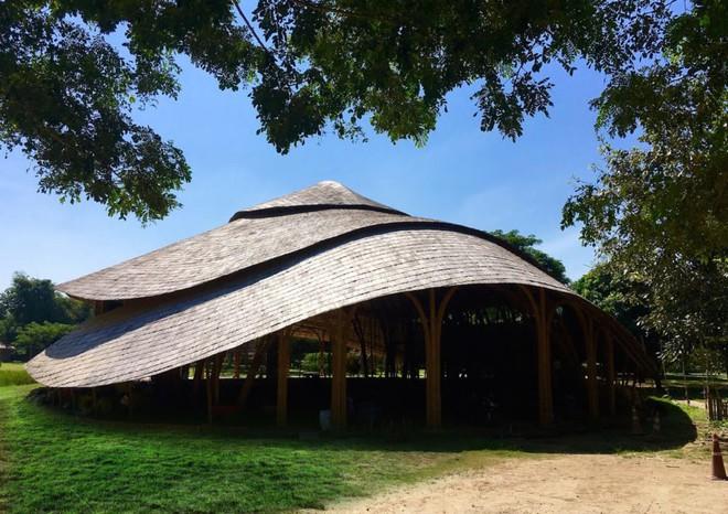Giải mã ngôi nhà tre độc đáo hình nón lá, chống được động đất ở Thái Lan - Ảnh 2.