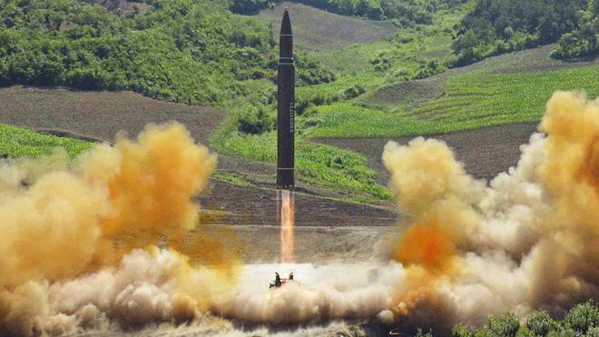 Triều Tiên phóng tên lửa qua 3 tỉnh, cả nước Nhật bị cao huyết áp - Ảnh 1.