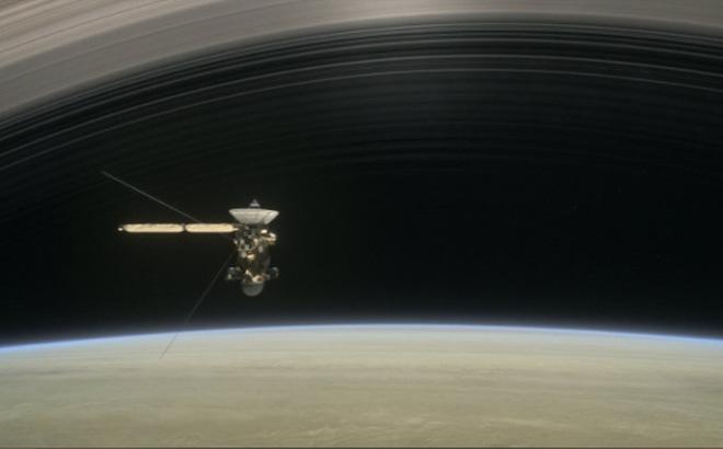 Đồ họa mô phỏng tàu Cassini bay phía trên thượng tầng khí quyển của Sao Thổ vào tháng 8 và tháng 9 năm 2017 trước khi kết thúc sứ mệnh. Đồ họa: NASA/JPL-Caltech.