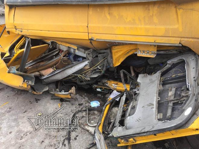 Xe container lật nhào trên quốc lộ, tài xế nguy kịch - Ảnh 2.