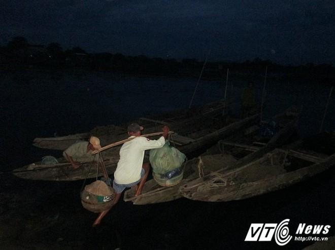 Ly kỳ nghề đi tủ ngâm mình dưới nước 'săn' loài cá tiến vua ngon nức tiếng - Ảnh 1.