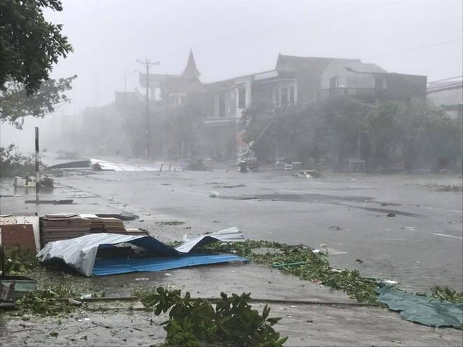 Nước tràn qua bờ đê, Nghệ An kêu gọi người dân sơ tán khẩn cấp, gió đổi chiều, Hà Tĩnh tan hoang trong bão - Ảnh 2.