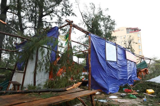 Nước tràn qua bờ đê, Nghệ An kêu gọi người dân sơ tán khẩn cấp, gió đổi chiều, Hà Tĩnh tan hoang trong bão - Ảnh 4.