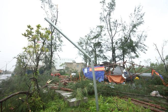 Nước tràn qua bờ đê, Nghệ An kêu gọi người dân sơ tán khẩn cấp, gió đổi chiều, Hà Tĩnh tan hoang trong bão - Ảnh 5.