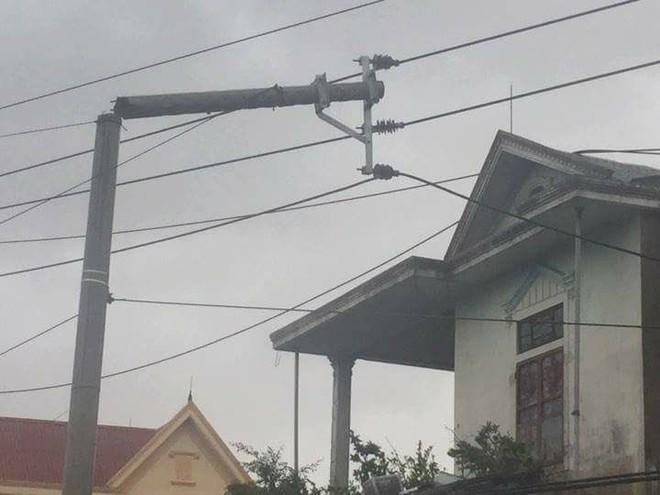 Nước tràn qua bờ đê, Nghệ An kêu gọi người dân sơ tán khẩn cấp, gió đổi chiều, Hà Tĩnh tan hoang trong bão - Ảnh 7.