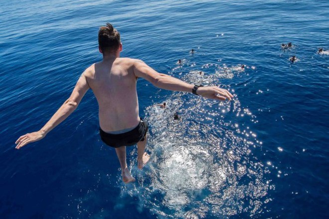 Được nghỉ, lính Mỹ tung tăng bơi lội cạnh tàu chiến - Ảnh 1.