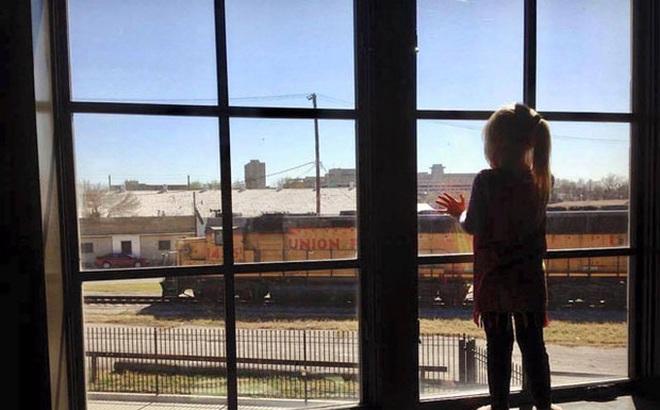Suốt 3 năm, ngày nào bé gái cũng vẫy tay chào khi tàu chạy qua, bỗng một ngày, người lái tàu chỉ nhìn thấy tấm biển trên cửa sổ