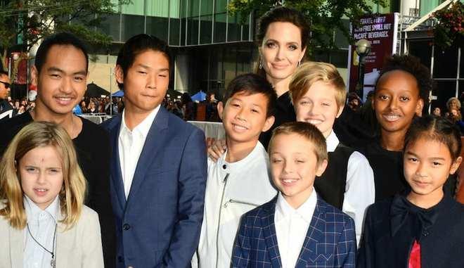 Angelina Jolie để con đi chân đất chơi đùa, Brad Pitt tỏ rõ sự lo lắng  - Ảnh 1.