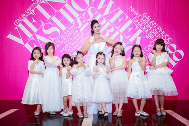 Mẹ con Hồng Quế làm vedette đêm mở màn Tuần lễ thời trang VN 2018 - Ảnh 1.