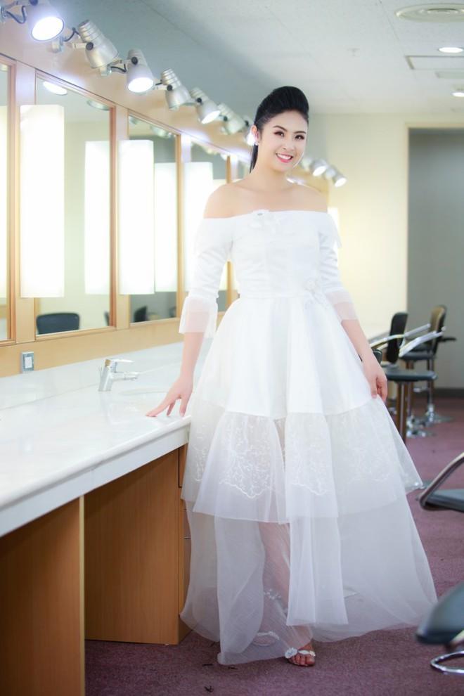 Mẹ con Hồng Quế làm vedette đêm mở màn Tuần lễ thời trang VN 2018 - Ảnh 2.