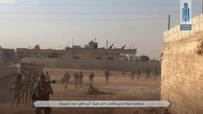 NÓNG: QĐ Syria tháo chạy ở bắc Hama, khủng bố bắt sống 1 xe tăng T-72 và 2 xe chiến đấu - Ảnh 2.